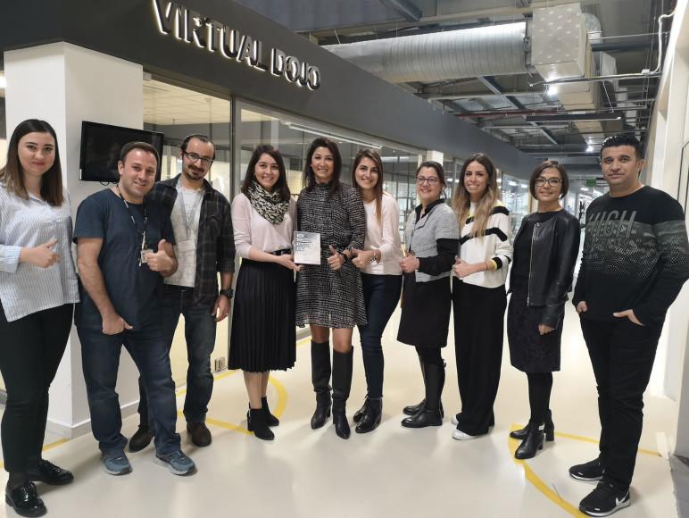 """HUGO BOSS İzmir'e """"Yılın Çalışan Gelişimi Programı"""" Birincilik Ödülü"""